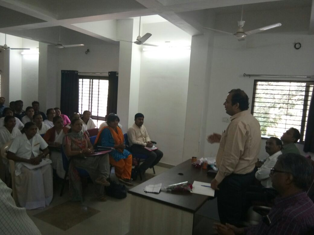 Dr. Gaurav Dahiya, MD NHM Gujarat sensitises medical officers in Gandhinagar on increasing male participation in family planning.